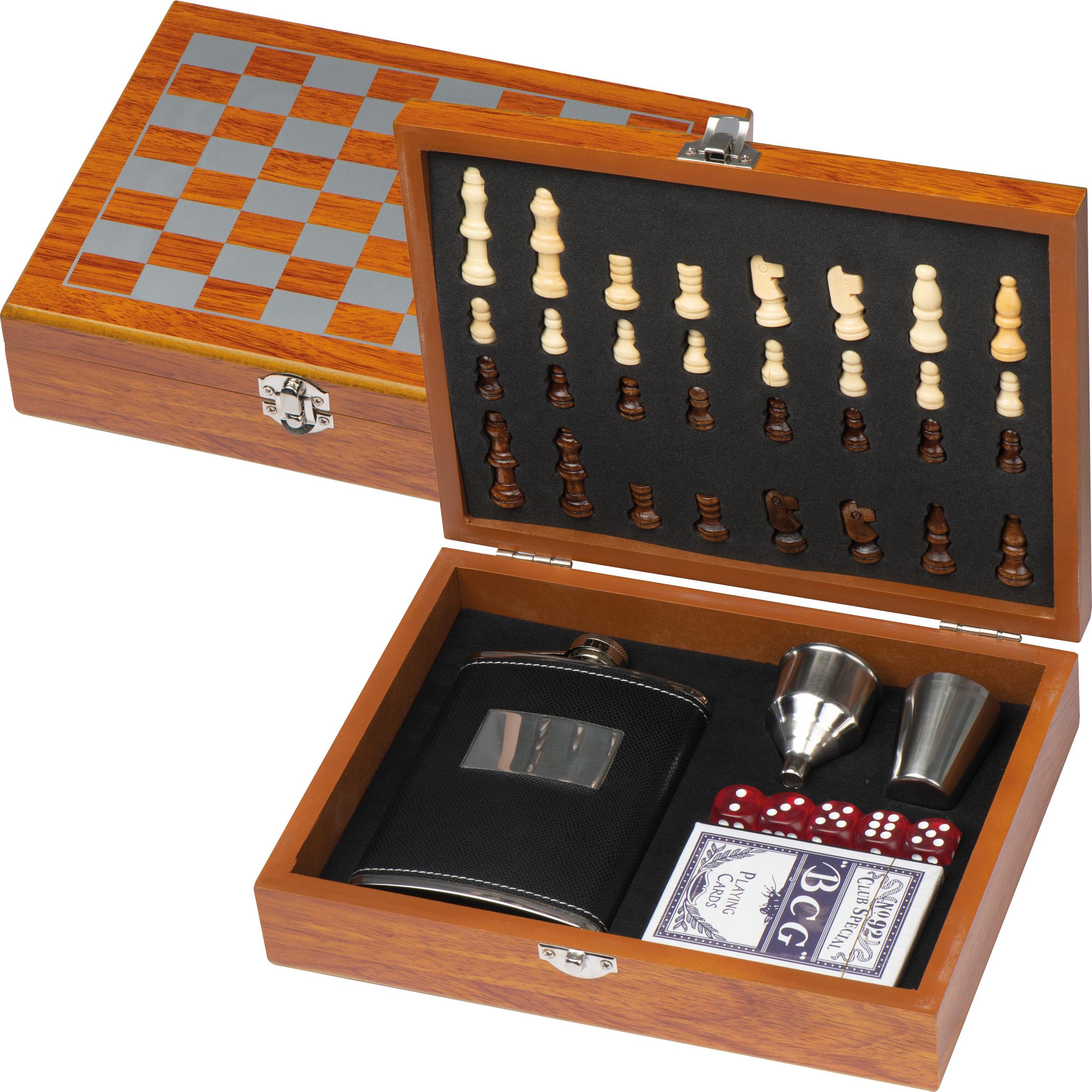 Set de jeux avec flasque, jeux de cartes et échec