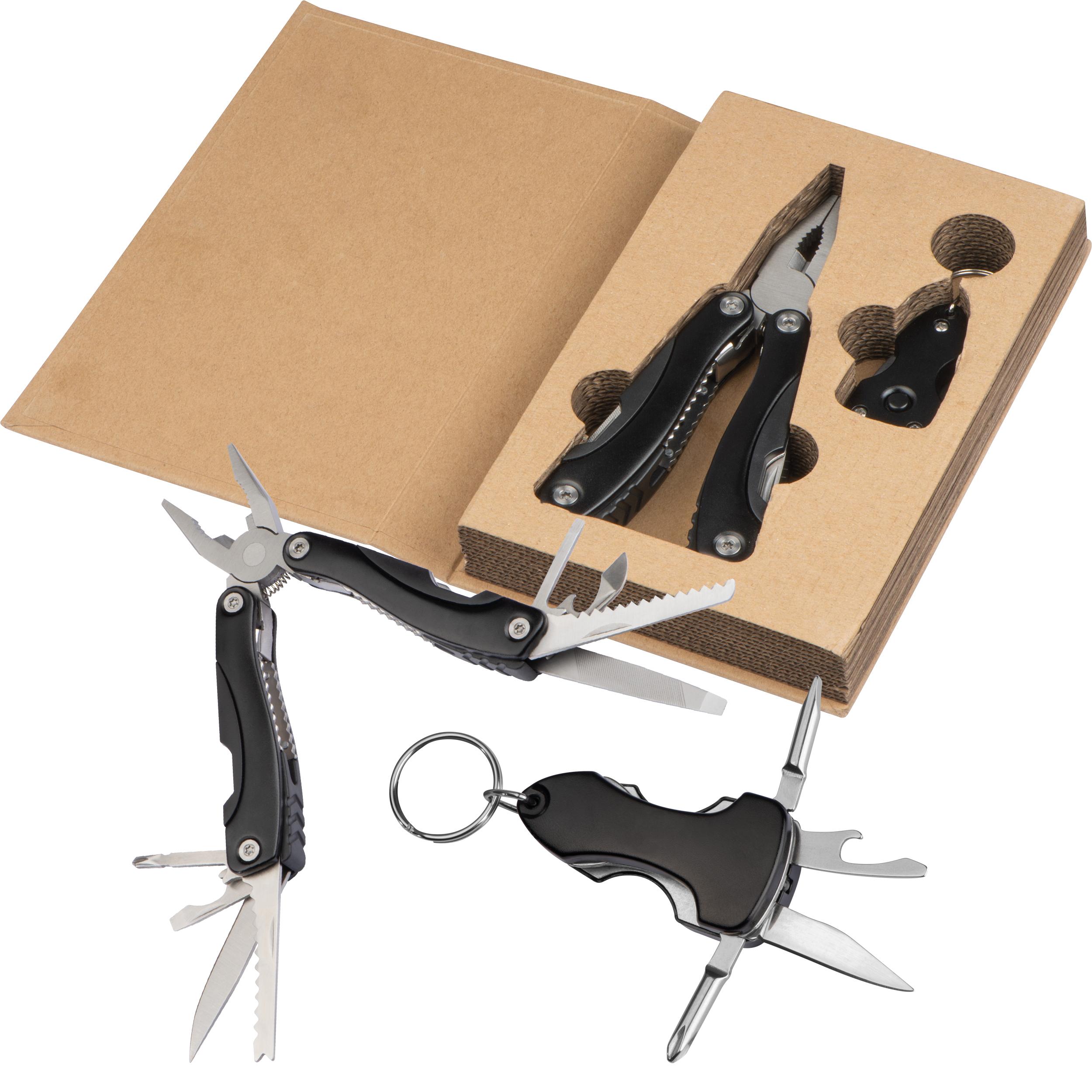 Ensemble d'outils dans une boîte en carton